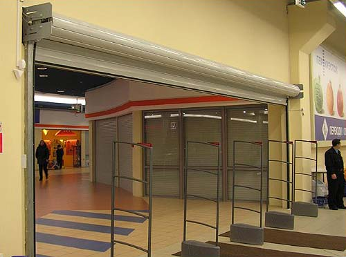 широкие рулонные ворота в торговом центре